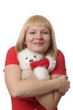 金发碧眼的女人递长毛绒玩具 库存照片