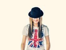 金发碧眼的女人weared英国国旗T恤杉和圆顶硬礼帽 库存照片