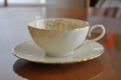 金和奶油中国茶杯 免版税库存图片