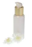 金和奶油化妆用品分配器瓶 免版税库存图片