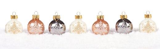金和白色圣诞节在雪的中看不中用的物品边界在白色 库存图片