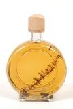 金和皮革白兰地酒烧瓶 库存图片