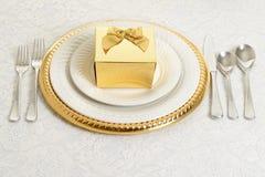 金和银桌设置 免版税库存图片