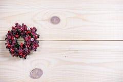 金和银装饰品球圣诞节花圈 库存图片