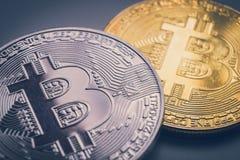 金和银bitcoin物理 库存图片