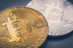 金和银bitcoin物理 免版税库存图片