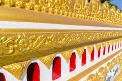 金在佛教寺庙墙壁上的网眼图案装饰 图库摄影