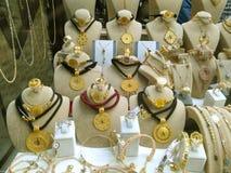 金在商店的首饰店卖金首饰在著名 免版税图库摄影