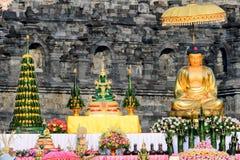 金在婆罗浮屠寺庙的菩萨雕象 库存图片