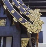金在寺庙屋顶的雕塑装饰 库存图片
