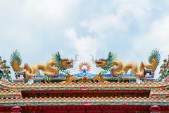金在屋顶的龙雕塑 库存图片
