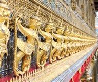金在泰国templte的鹰报墙壁 库存照片