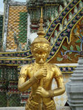 金在盛大宫殿的老鹰雕塑 图库摄影
