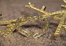 金在羊毛背景的金刚石心脏 库存图片