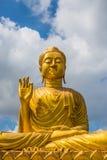 金在蓝天背景的菩萨雕象 库存图片