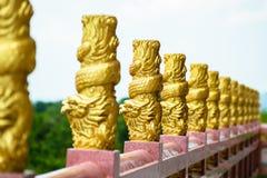 金在阳台的龙雕塑 免版税库存照片