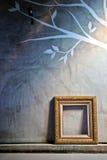 金在水泥墙壁上的葡萄酒框架 免版税库存图片