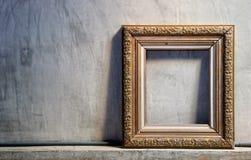 金在水泥墙壁上的葡萄酒框架 免版税库存照片