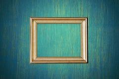 金在绿色墙壁上的照片框架 库存照片
