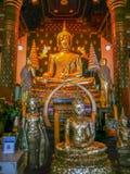 金在Wat Phra斯里拉塔纳Mahathat寺庙,彭世洛,泰国的菩萨雕象 免版税库存图片