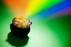 金壶:与彩虹的不可思议的妖精珍宝 免版税库存照片
