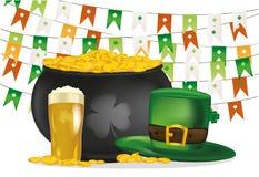 金壶以绿色旗子为背景的硬币 帽子和啤酒 免版税库存照片