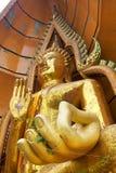 金大菩萨雕象,供以座位在给祝福姿势  免版税库存图片