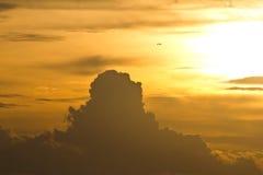 金天空和云彩在晚上 库存图片
