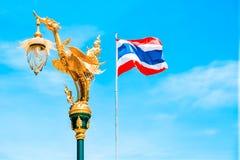 金天鹅和泰国旗子 很好 免版税库存照片