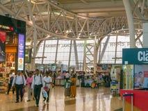 金奈,泰米尔纳德邦,印度- 2018年1月14日 金奈机场,国际终端 在上他们的计划前的乘客等待 库存照片