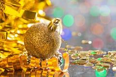 金子上色了与串的圣诞节球在bokeh h背景  库存图片