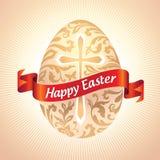 金子与花纹花样的复活节彩蛋在交叉和红色丝带标签 库存照片