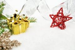 金子与银色丝带和针冷杉的圣诞节礼物与红色 库存照片