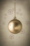 金子与雪花的圣诞节中看不中用的物品 免版税库存照片