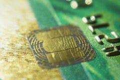 金子信用卡关闭  宏观射击智能卡,信用卡芯片 免版税库存照片