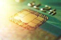 金子信用卡关闭  宏观射击智能卡,信用卡芯片 库存图片