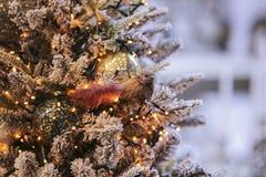 金子光圣诞节背景与装饰的树的 新年度装饰 免版税库存图片