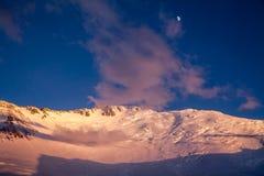 金子列宁峰顶日落和山顶  库存图片