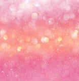 金子和桃红色抽象bokeh光 defocused的背景 免版税库存照片