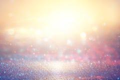 金子和桃红色闪烁光背景 defocused 免版税图库摄影