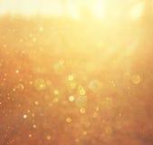 金子和温暖的抽象bokeh光 defocused的背景 免版税库存照片