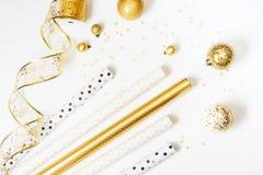 金子和白色包装纸劳斯礼物的在白色背景 免版税库存图片
