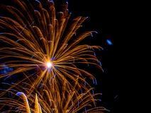 金子和蓝色大burstSpectacular烟花 免版税图库摄影
