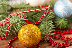 金子和蓝色球在一棵绿色圣诞树 图库摄影