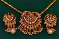 金子和钻石项链,耳环设置了,浦那 免版税库存图片