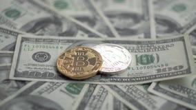 金子和银Bitcoin BTC铸造转动在100美元票据  全世界真正互联网cryptocurrency和 影视素材