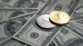 金子和银Bitcoin BTC铸造转动在100美元票据  全世界真正互联网cryptocurrency和 股票录像