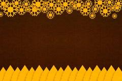 金子圣诞树纸和抽象雪花在黑褐色裱糊纹理 免版税库存图片
