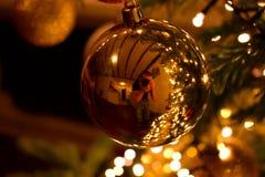 金子圣诞节中看不中用的物品 免版税库存照片