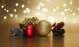 金子圣诞节礼物盒和装饰在bokeh光backgrou 免版税库存照片